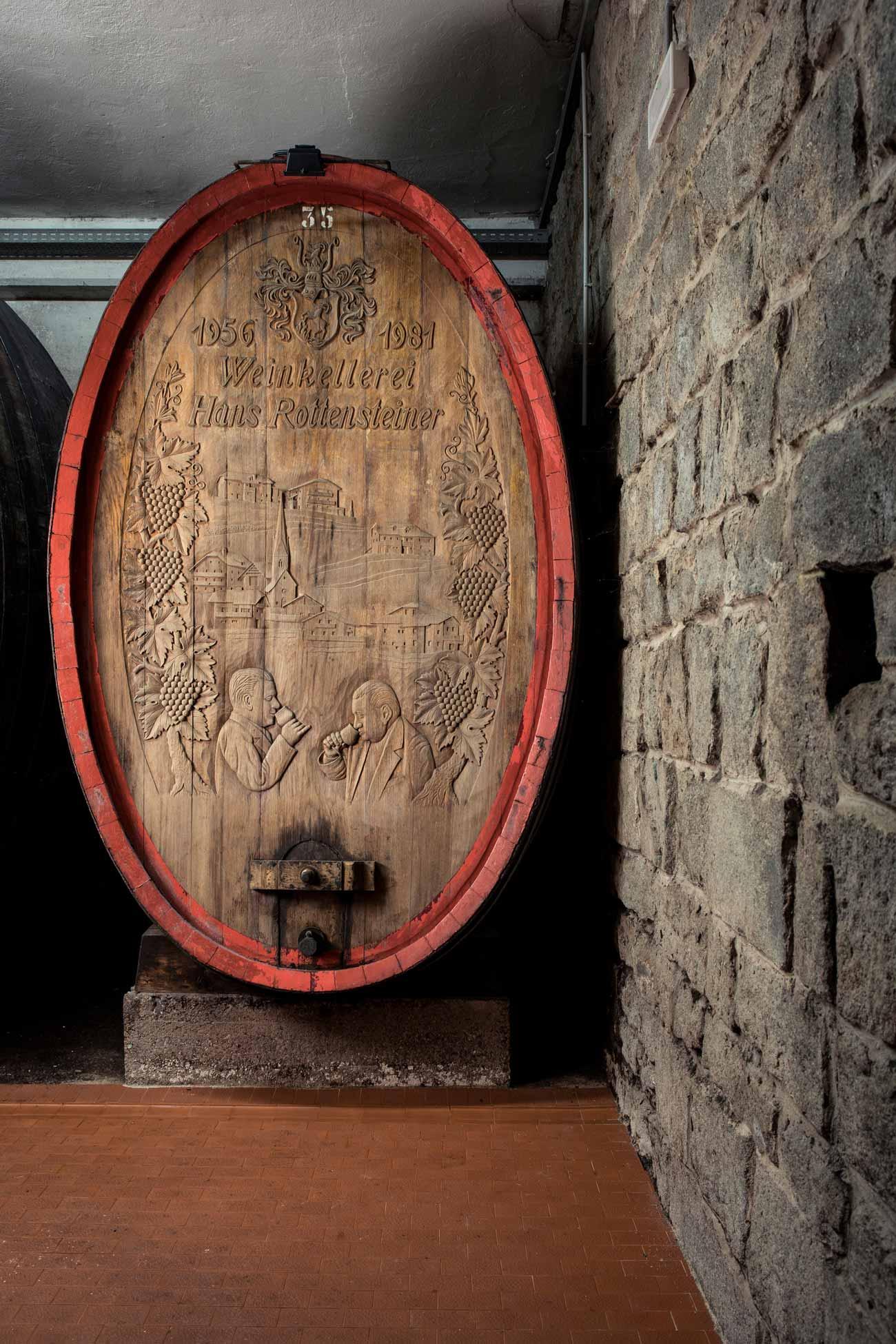 Historisches-Weinfass-im-Keller